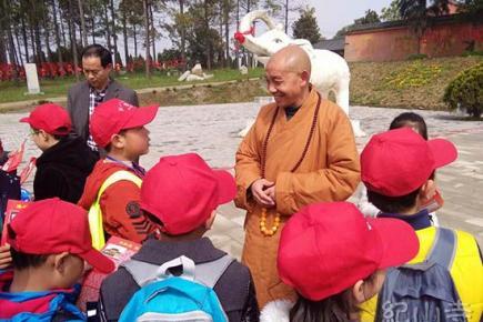 二百多名小记者到纪山寺参观学习